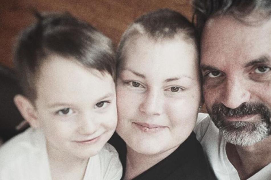 Mia de Vries (m) mit ihrem Sohn Levi (l) und ihrem Ehemann Michel.