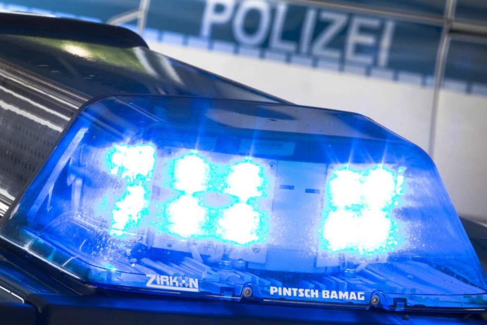 Ein Blaulicht auf dem Dach eines Polizeiwagens. (Symbolbild)