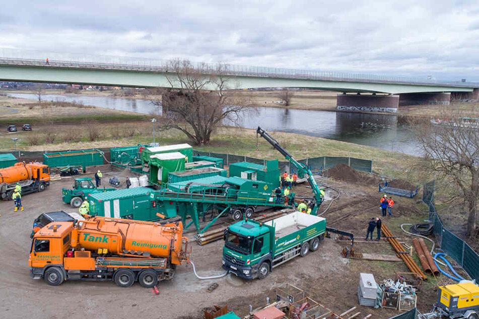 Etwa auf Höhe der Autobahnbrücke wird momentan die Elbe für eine Abwasserleitung untertunnelt.
