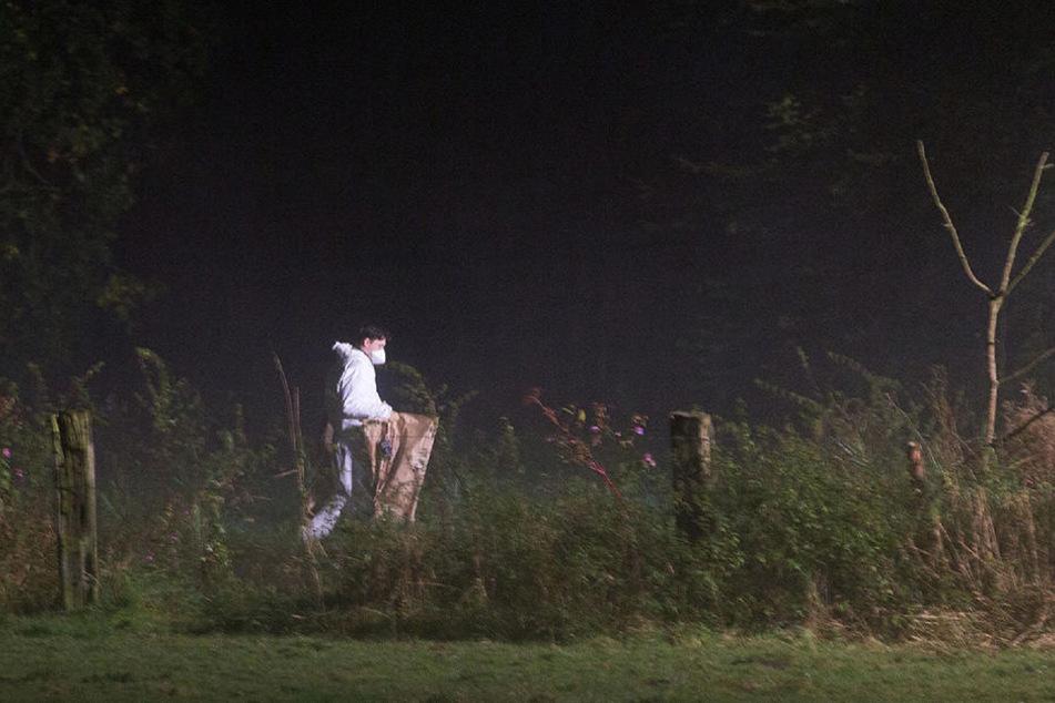 Ein Mitarbeiter der Spurensicherung geht durch den Park, wo die Leiche des Babys gefunden wurde.