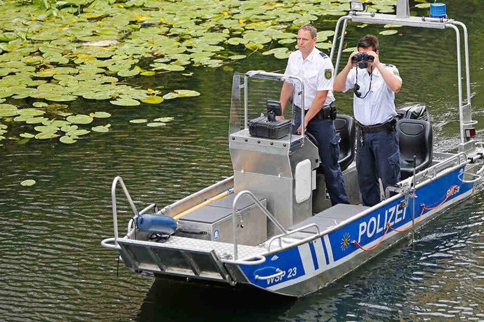 Die Polizei suchte mit Tauchern nach der Leiche.