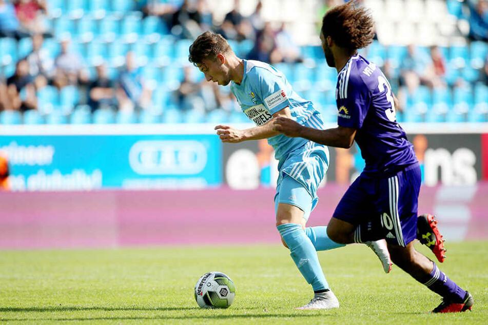 Tom Baumgart (l.) bestritt bei der Nullnummer gegen Osnabrück sein erstes Saisonspiel. Der 19-Jährige belebte das Offensivspiel. Hier enteilt er seinem Gegenspieler Nazim Sangare.