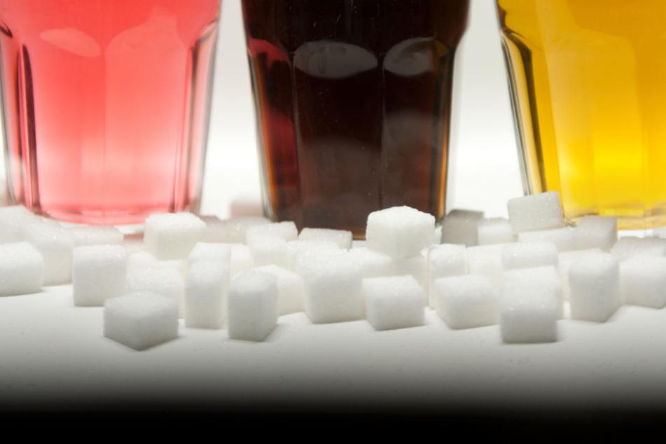 Limonaden, Cola, Energy Drinks & Co enthalten oft viel Zucker.