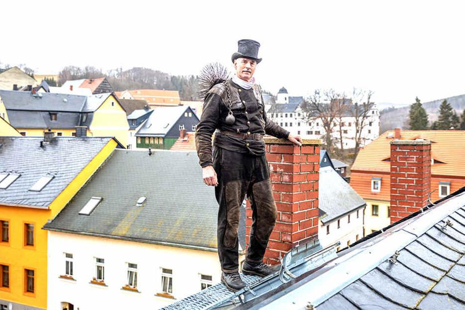 Irgendwann muss Schluss sein: 40 Jahre lang stieg Gottfried Hardelt (67) den Lauensteinern aufs Dach. Jetzt geht er in Rente.