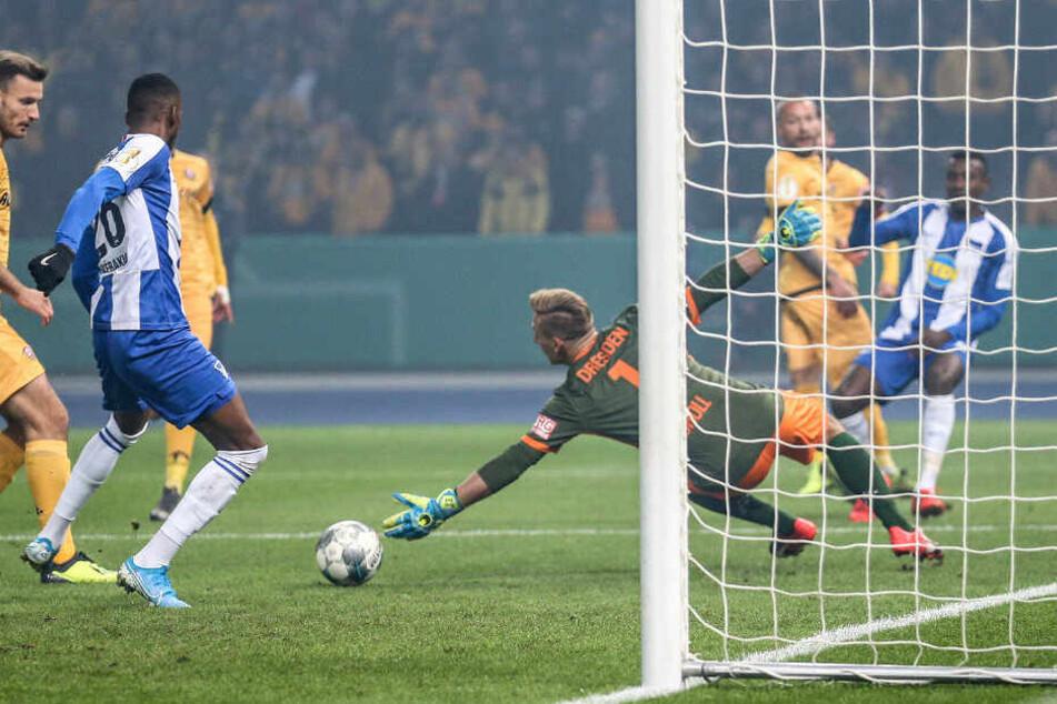 Hertha-Angreifer Dodi Lukebakio (Zweiter von links) trifft zum 1:1.