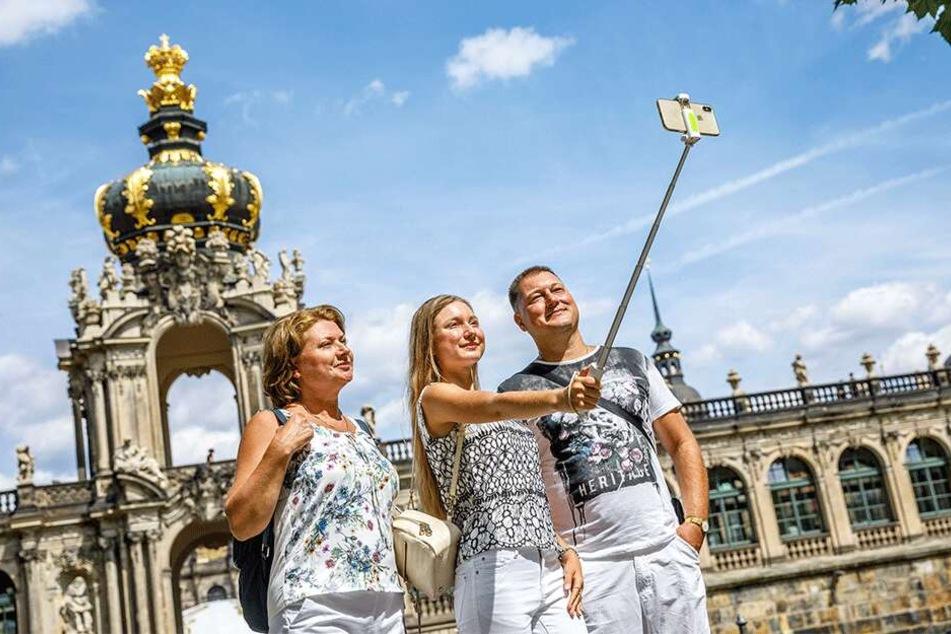 Alisa (42), Svitlana (15) und Juriy Starikova (45) aus der Ukraine haben einen Tag Zeit für Sightseeing - und nutzen den in vollen Zügen.
