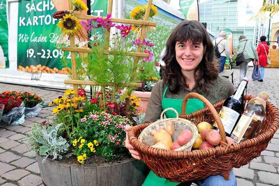Isabelle Besuch (26) mit verschiedenen Kartoffelsorten, Kartoffelschnaps aus Lauterbach und Kartoffeltrunk.