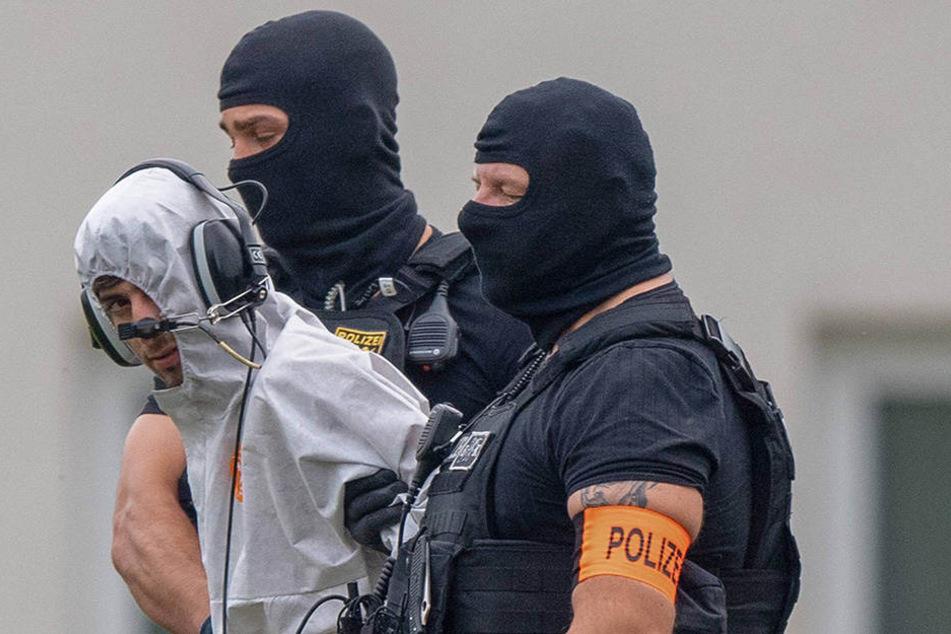 Der mutmaßliche Täter Ali B. wird aus dem Polizeipräsidium Westhessen in Wiesbaden abgeführt.