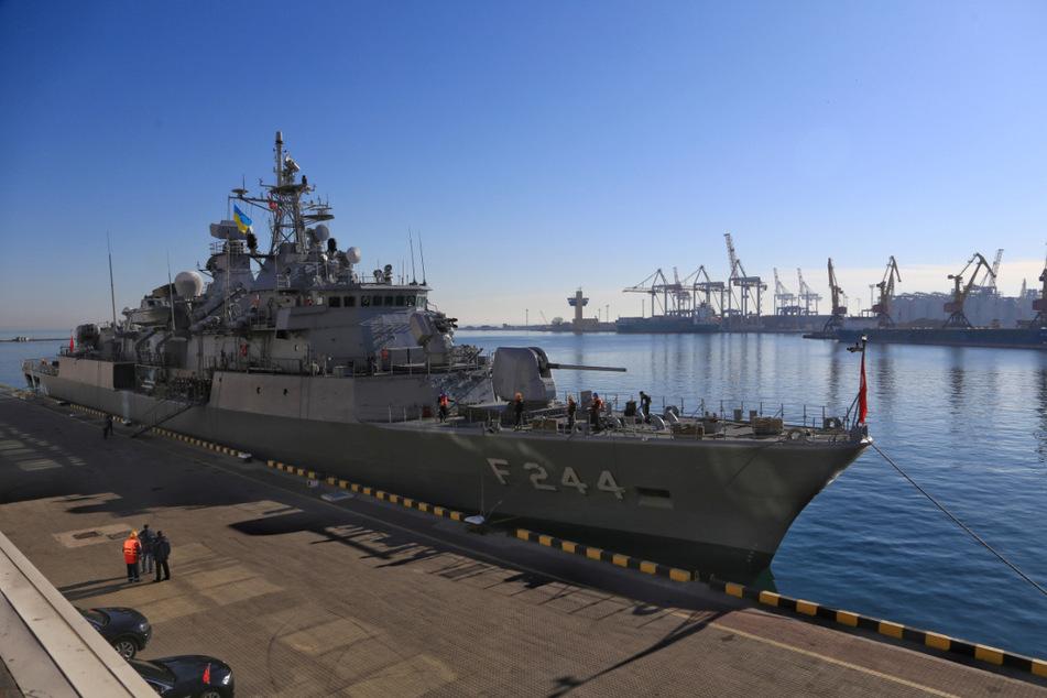 Die Fregatte TCG Barbaros (F-244) der türkischen Marine liegt an einem Liegeplatz im Seehafen von Odessa (Ukraine). (Archiv)