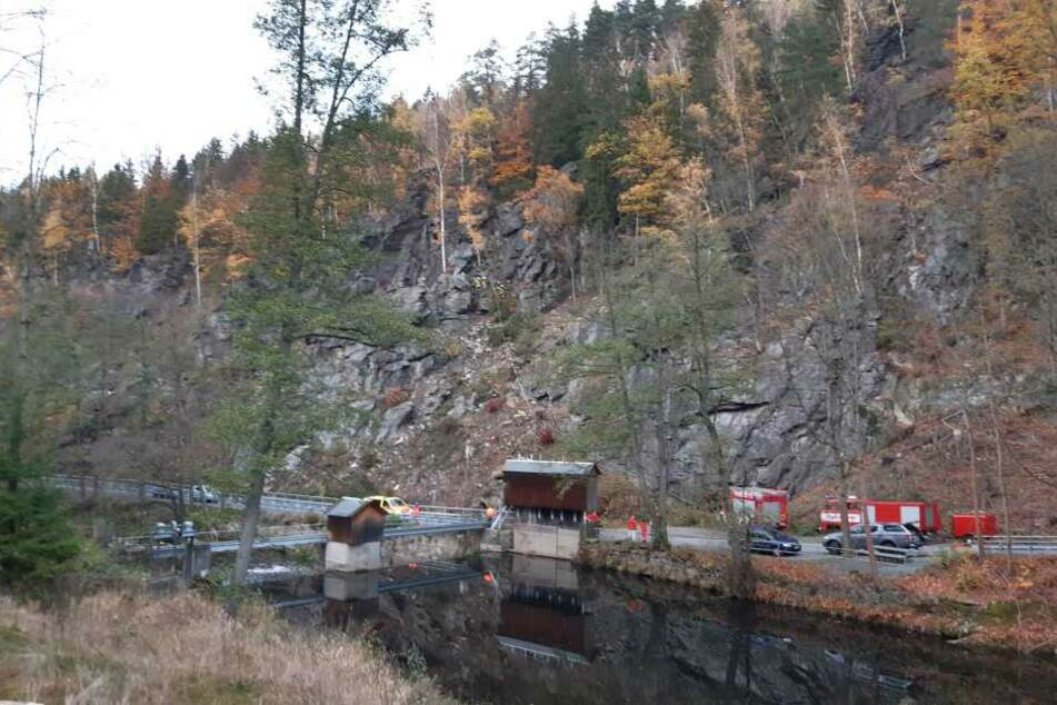 Tödlicher Unfall in Wolkenstein: Eine Person stürzt 25 Meter in die Tiefe. Polizei, Rettungsdienst und Feuerwehr vor Ort.
