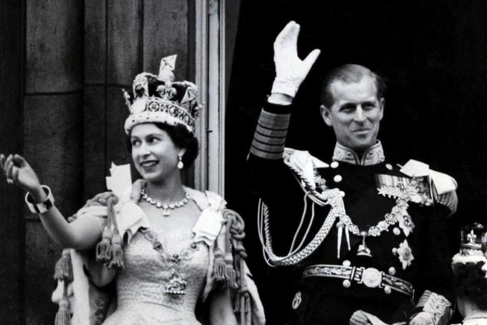 Queen Elizabeth II und ihre Mann Prinz Philip  nach der prunkvollen Krönungszeremonie am 02.06.1953.