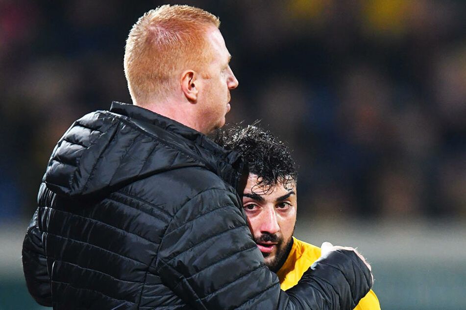 Dynamo-Trainer Maik Walpurgis nimmt seinen 2:1-Torschützen Aias Aosman in den Arm.