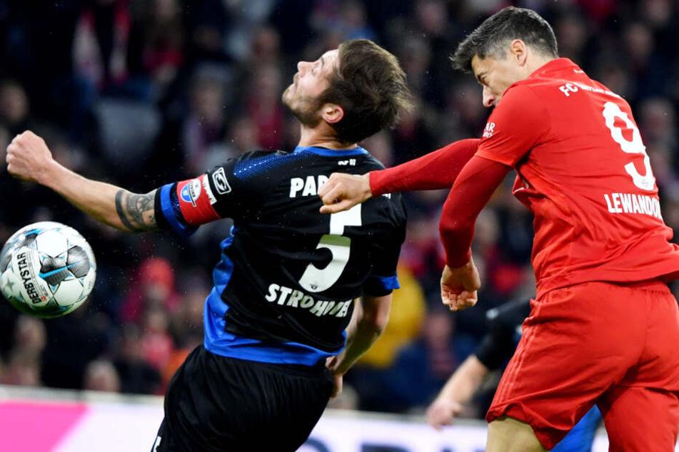 Robert Lewandowski (r.) scheiterte gegen den SC Paderborn mehrmals knapp.