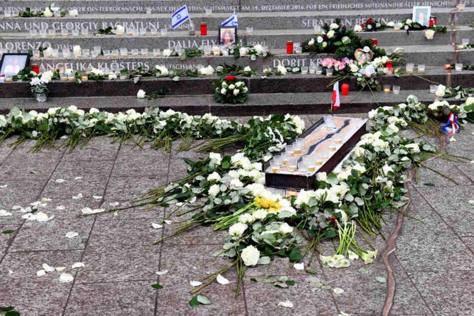 Blumen liegen am Denkmal für die Opfer des Terroranschlags am Berliner Breitscheidplatz.