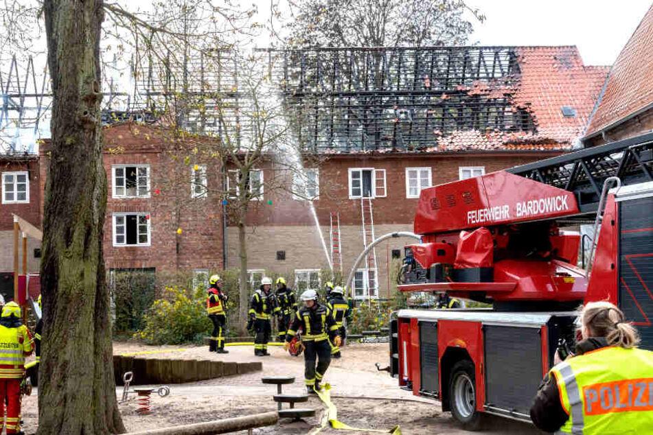 Heftiges Feuer zerstört Seniorenwohnheim: Elf Verletzte, darunter auch Feuerwehrleute
