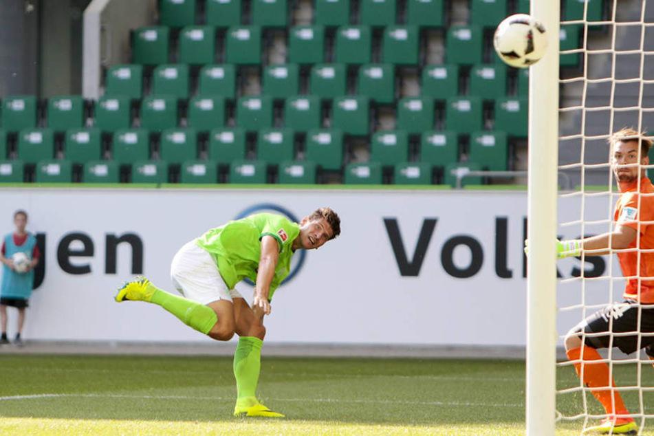 Hier geht der Ball von Gomez am Pfosten vorbei.. Ein einziges Mal musste Wiegers hinter sich greifen, ansonsten sah der Dynamo-Schlussmann gegen den Nationalspieler gut aus.