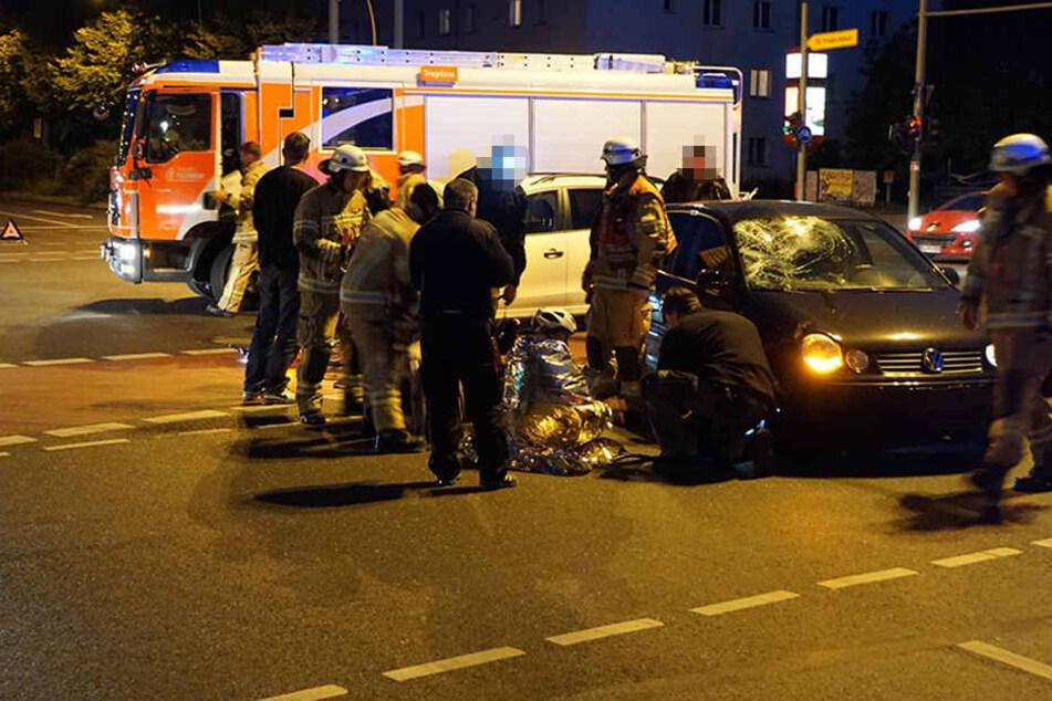 Ersthelfer versorgten den sichtlich benommenen Fahrradfahrer bis zum Eintreffen der Rettungskräfte.