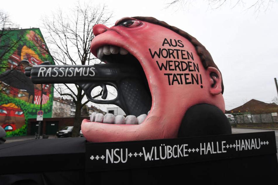 """In Düsseldorf zeigt der Zug einen """"Rassismus-Wagen"""""""