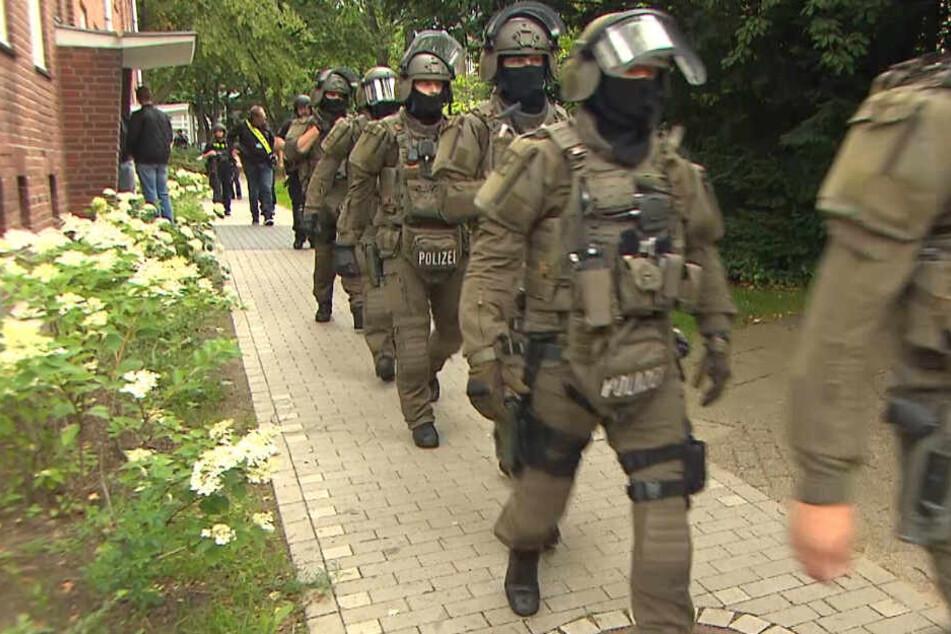 Einsatzkräfte des SEK haben in Altona ein Wohnhaus umstellt.