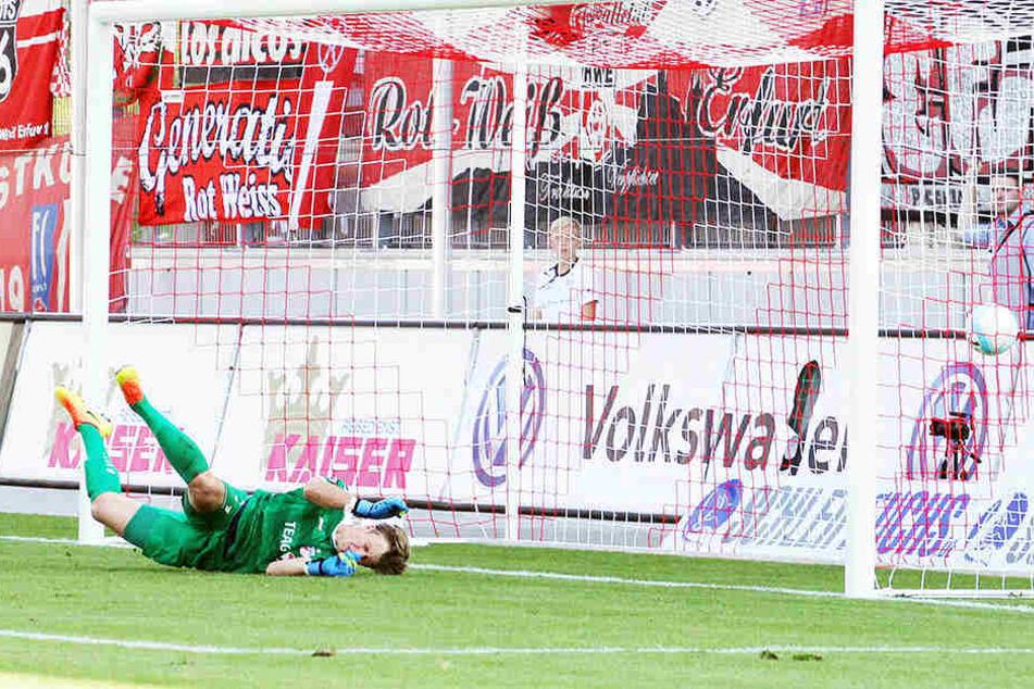 Der Ball schlägt zum 1:1 für Zwickau im Erfurter Tor ein.