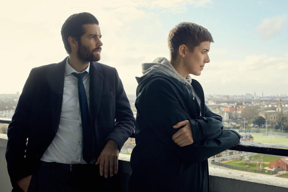 DCI Charlie Hicks (Jim Sturgess) und DI Elaine Renko (Agyness Deyn) wollen herausfinden, warum ein junger Hacker von seinem Balkon gestürzt ist.