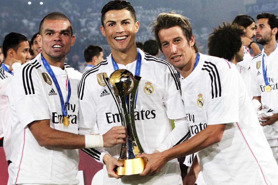 Fabio Coentrao (r.) spielte mit seinen Landsleuten Cristiano Ronaldo (M.) und Pepe bei Real Madrid zusammen, gewann dort u.a. zweimal die Champions League, Spanische Meisterschaft und holte dreimal die FIFA-Klub-Weltmeisterschaft.