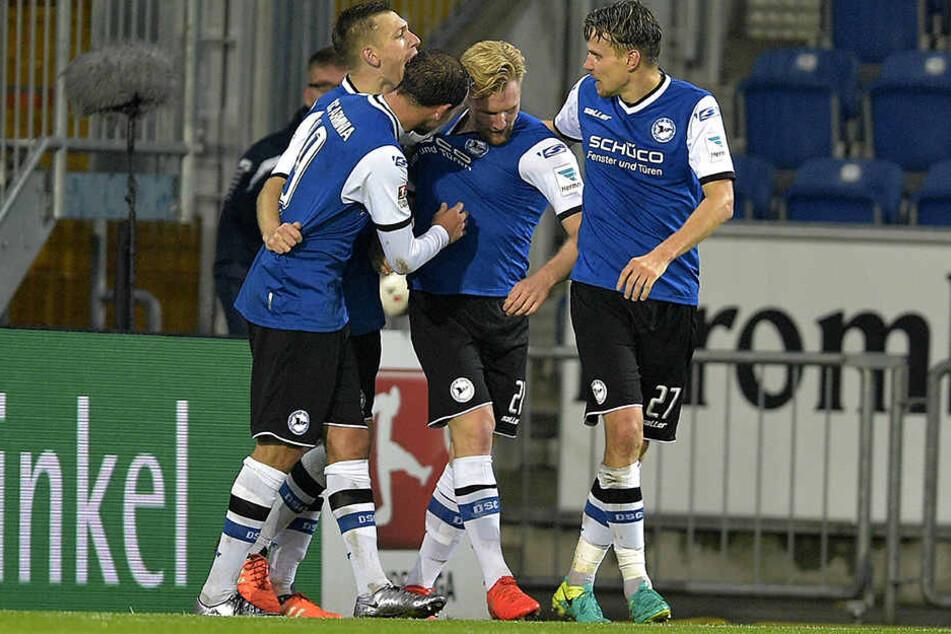 Hier feiern Arminen-Spieler mit dem Stürmer Andreas Vogelsammer seinen Siegtreffer gegen Sandhausen.