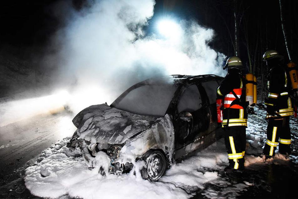 Aus diesem Wrack rettete eine Frau die Unfallfahrerin (51).