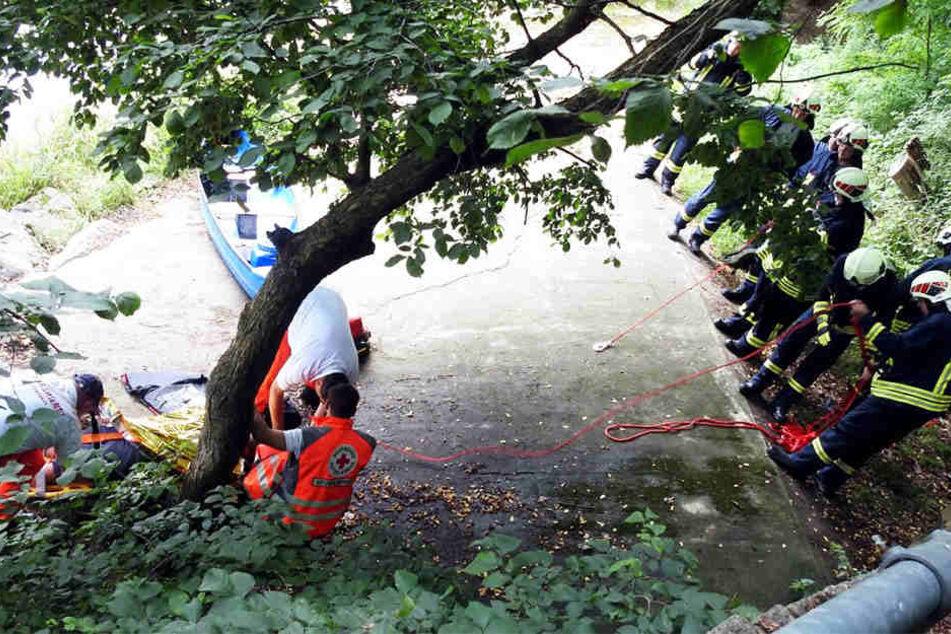 Mit seinem Bott stürzte der Mann drei Meter tief auf harten Beton.