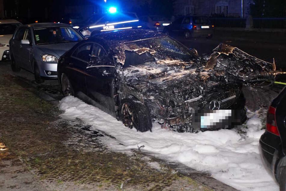 Den luxuriösen Mercedes hat es wesentlich schlimmer getroffen. Auch der Großteil des Innenraums fiel den Flammen zum Opfer.