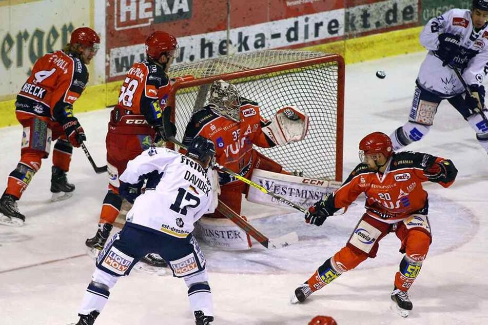 Hart umkämpftes Derby zwischen den Eispiraten und den Eislöwen.