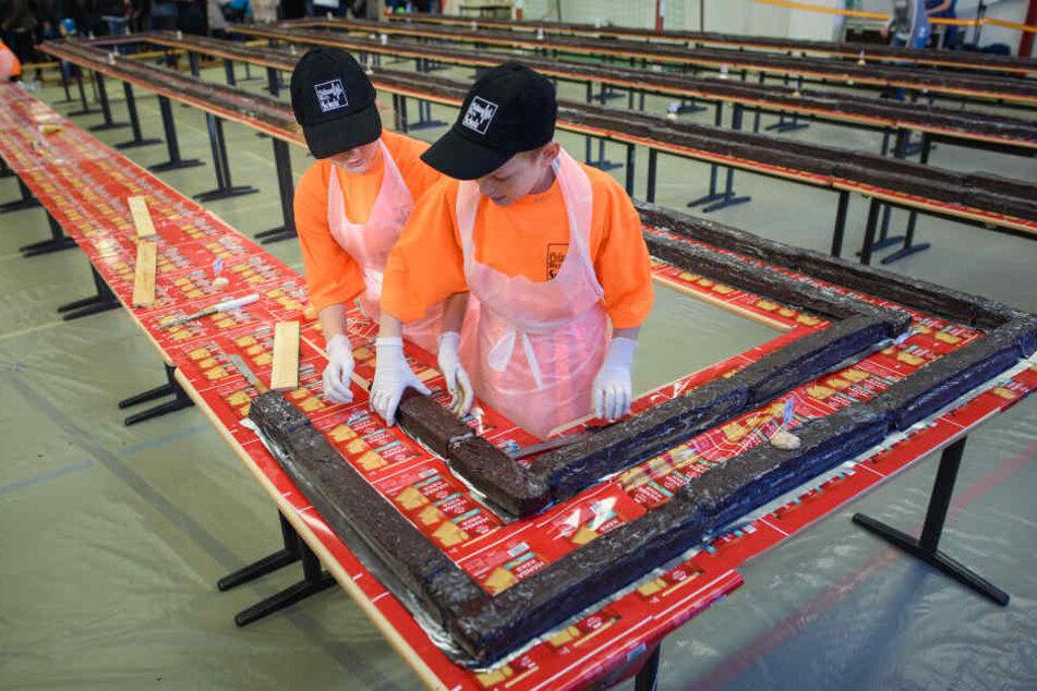Zwei Schüler bei der Zubereitung des Rekord-Kuchens.