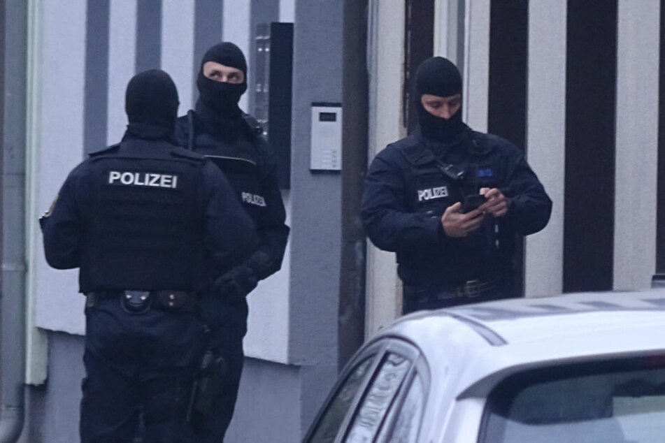 Ein 51-jähriger Mann hat im nordrhein-westfälischen Gladbeck auf SEK-Beamte geschossen.