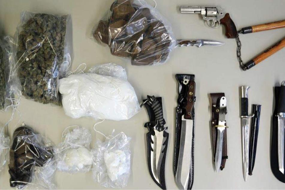 Diese Drogen und Waffen wurden unter anderem in der Wohnung entdeckt.