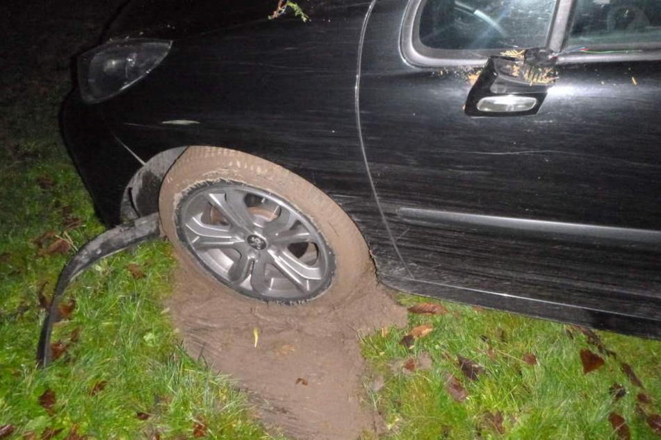 Das Auto fuhr sich auf dem Kinderspielplatz fest.
