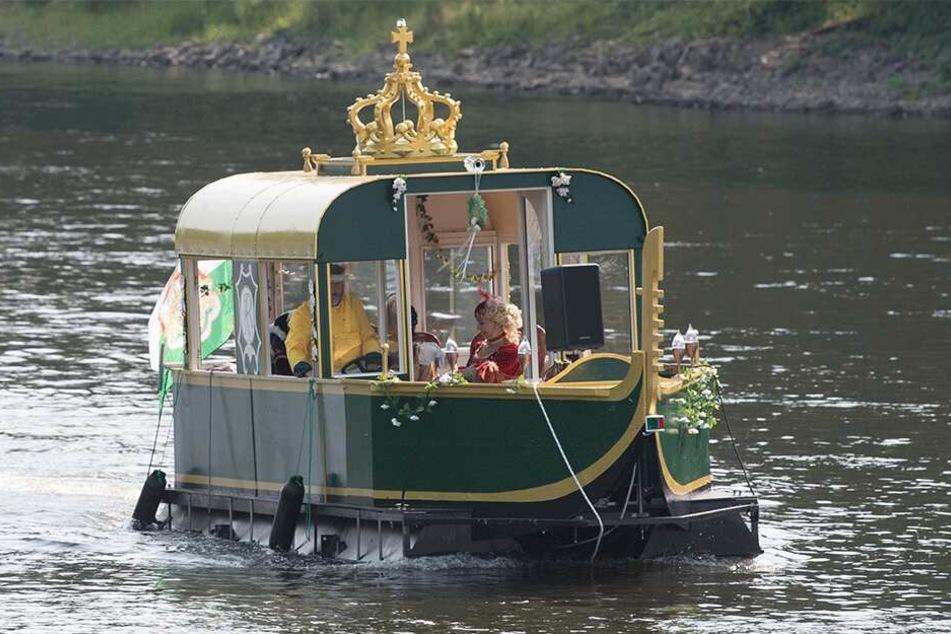 Anders als vor 300 Jahren schipperten die frisch Vermählten mit der Motor-Gondel in Pillnitz ein.