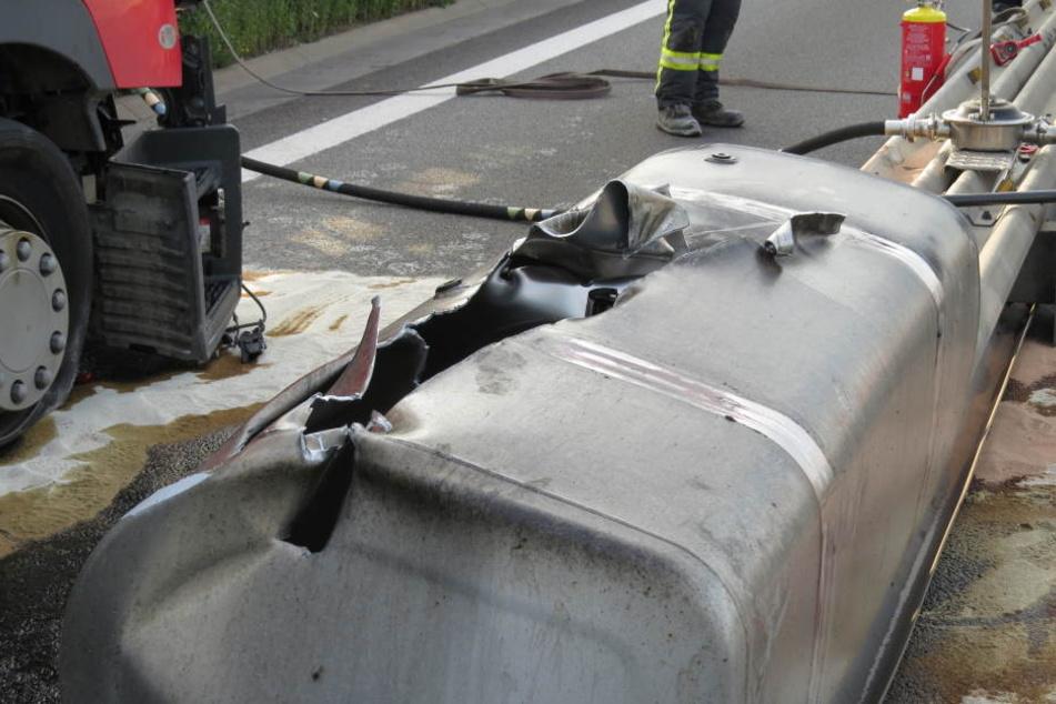 Ein tiefer Schlitz im Tank: Eine größere Menge Diesel lief auf die Fahrbahn, der Tank wurde komplett abgerissen.