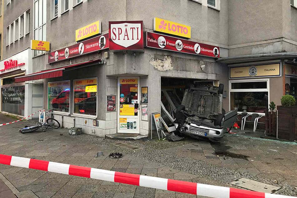 Die rechte Glasfront des Kiosk wurde vollkommen zerstört.