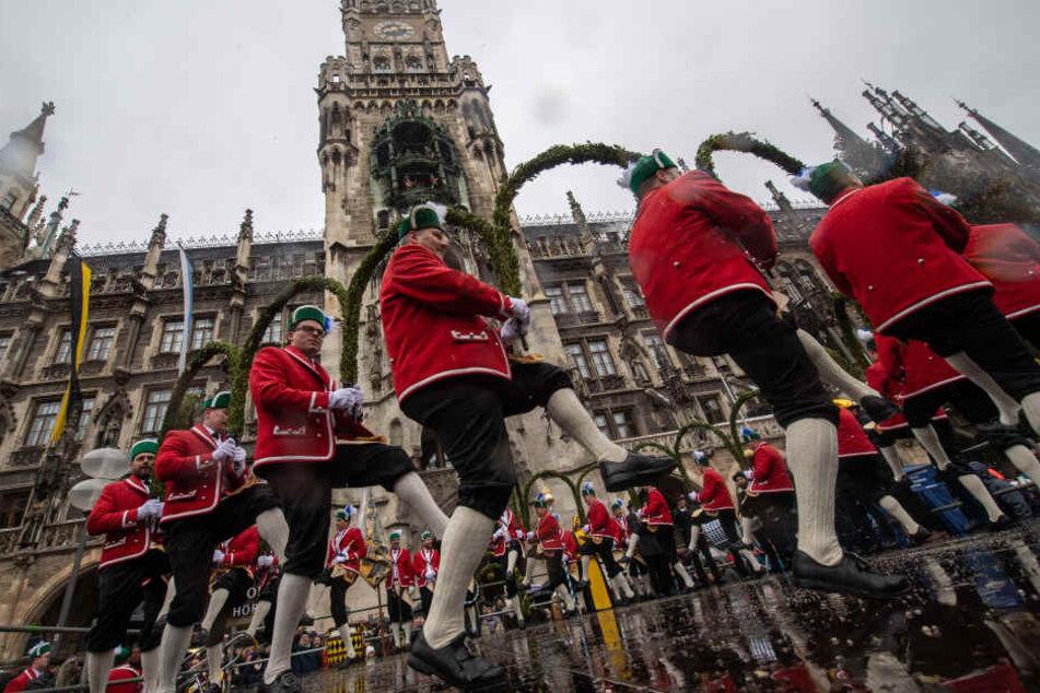 Hunderte Zuschauer verfolgten den traditionellen Schäffler-Tanz auf dem Marienplatz.