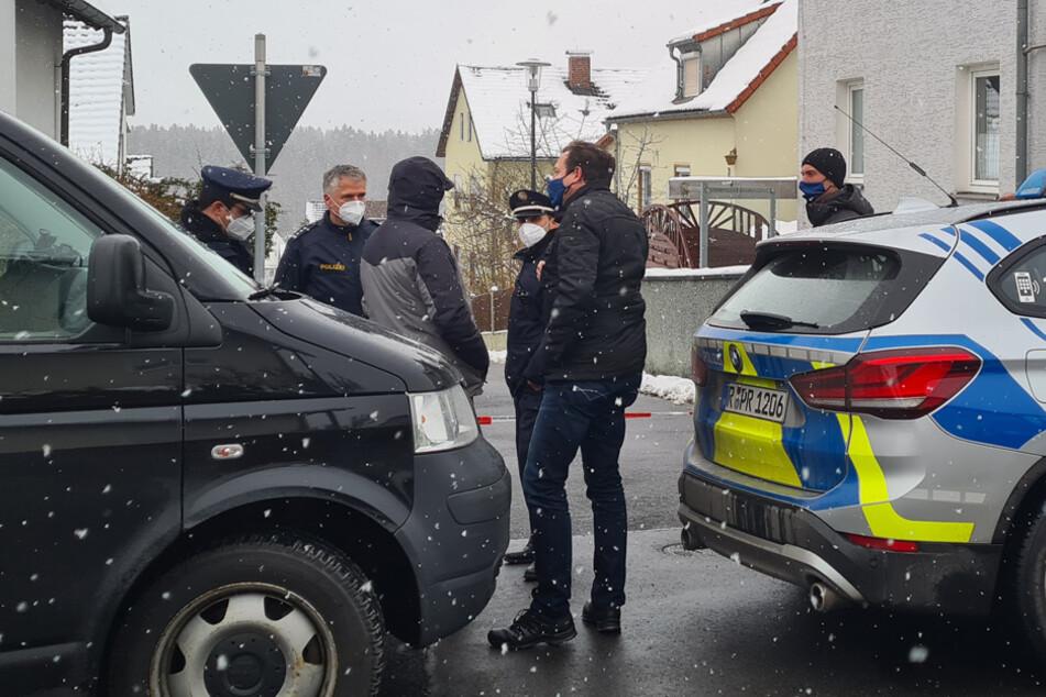 Die Polizei hat trotz einer Großfahndung - auch mit Hubschrauber - noch keinen Verdächtigen festnehmen können.