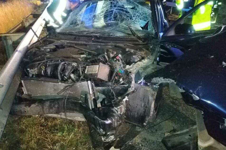 Das völlig demolierte Auto ließ der Unfallverursacher zurück.