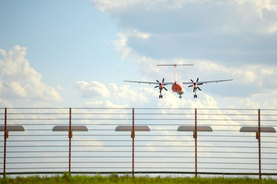"""Eine Airberlin Propeller-Maschine vom Typ """"Bombardier Dash 8 Q400"""" musste am Mittwoch wegen einer Luftnotlage ungeplant am Flughafen Nürnberg landen."""
