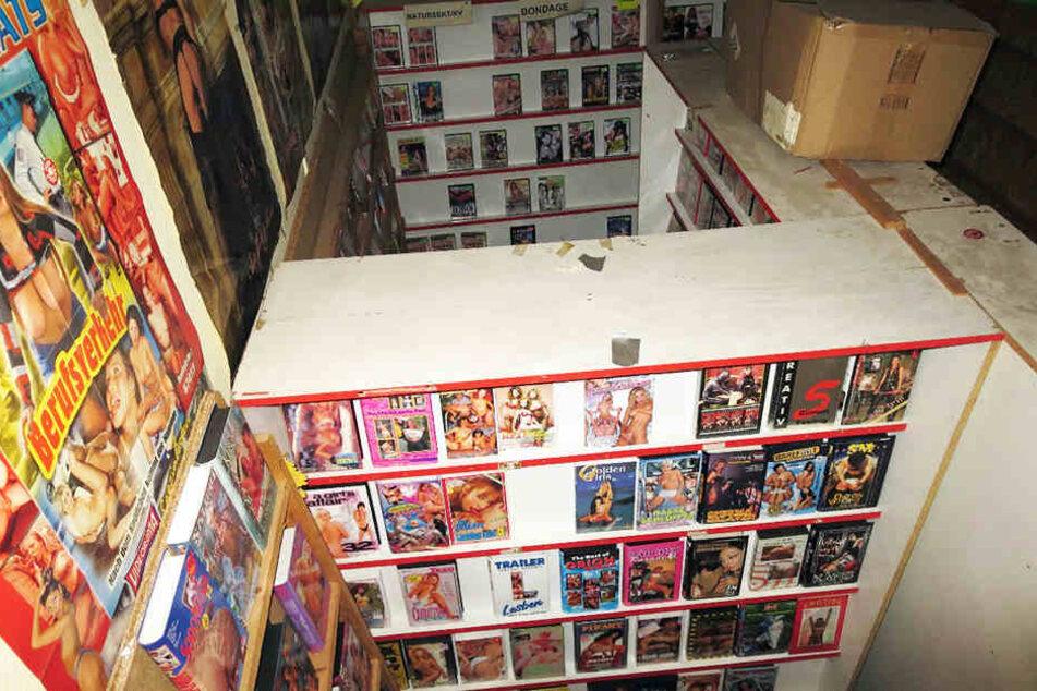 Blick durch's Loch: Die Einbrecher seilten sich direkt am Regal mit den alten VHS-Pornokassetten ab.