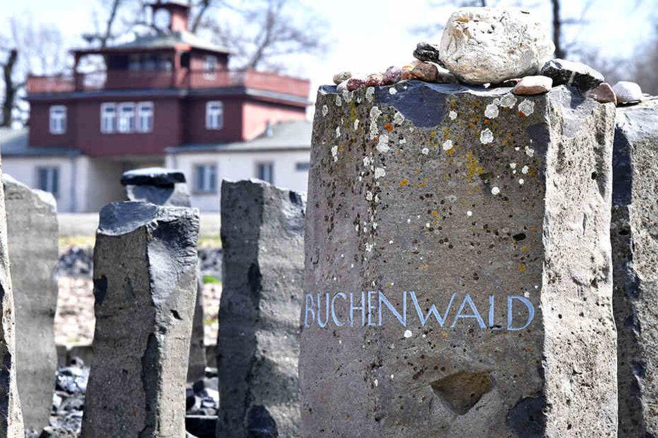 """Eine Stele mit der Aufschrift """"Buchenwald"""" steht auf dem ehemaligen Appellplatz, aufgenommen am Tag der Gedenkveranstaltung zum 74. Jahrestag der Befreiung des früheren KZ Buchenwald"""
