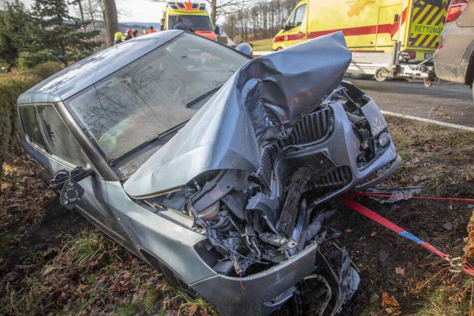 Schwerer Unfall im Erzgebirge! Auto kracht gegen Baum, vier Verletzte