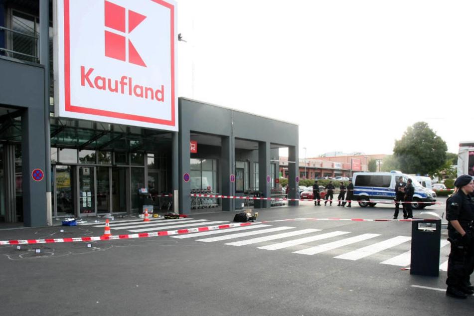 Angriff mit Beil vor Supermarkt: Zwei Personen schwer verletzt