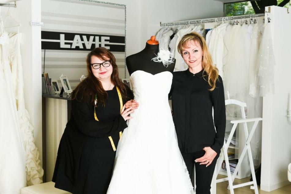 """Manuela und ihre Schwester Claudia führen das Brautmodengeschäft """"Lavie"""" in Bochum."""