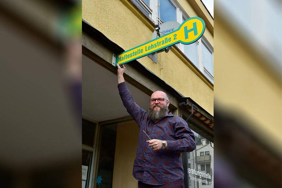 """Alfred Mucha (49) schraubt das Schild der """"Haltestelle"""" ab - der Tagestreff  wird geschlossen."""