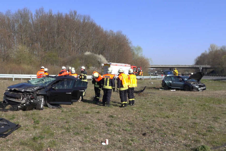Beide Fahrzeuge kamen auf einem Grünstreifen zum Stehen.