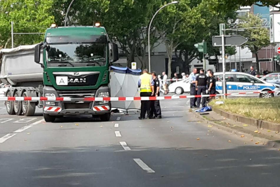 Polizisten sichern den Unfallort ab.